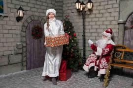 Santa Claus and snow maiden on the house (Saratov, Engels)